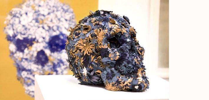 Τα ανθισμένα κρανία του Jacky Tsai. Ένα μακάβριο σύμβολο στολισμένο με λουλούδια. Τέχνη