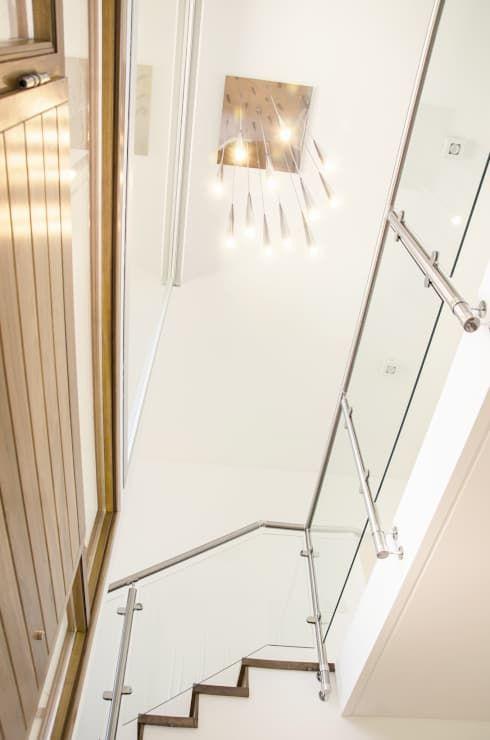doble altura: Pasillos, vestíbulos y escaleras de estilo  por Parrado Arquitectura