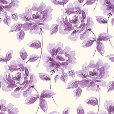 Hurmaava kukkatapetti, jossa violetit ruusut kukkivat vaalealla pohjalla. Tällä tapetilla luot kotiisi helposti lumoavaa vanhanajan tunnelmaa.