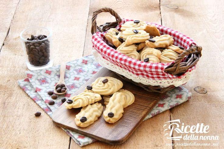 I biscotti al caffè sono dei deliziosi biscotti da colazione o merenda, molto semplici e veloci da preparare. Procedimento Montate il burro a crema, quindi aggiungete lo zucchero a più riprese mescolando bene. Unite a questo punto i tuorli, facendoli incorporare bene, quindi aggiungete anche il caffè solubile e fatelo sciogliere nell'impasto. Una volta amalgamato […]