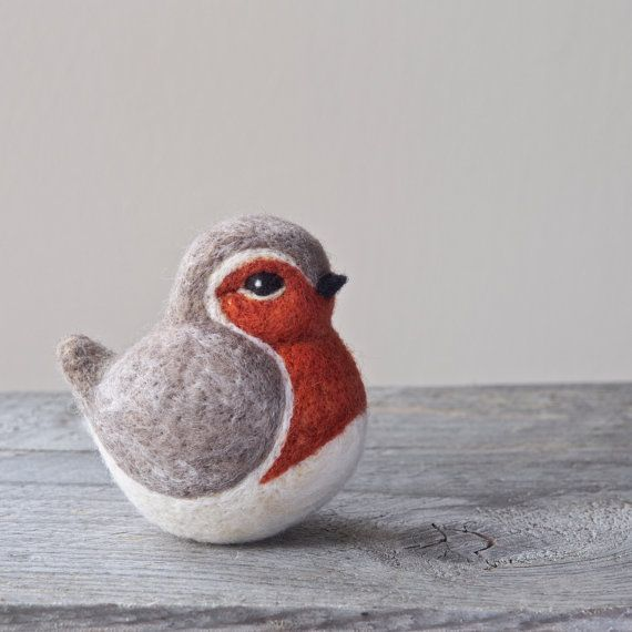 UNE AIGUILLE FEUTRÉ ROBIN SCULPTURE PRÊT À ÊTRE EXPÉDIER  Conception simple et rustique. Sculpture doiseau en pure laine animale fabriqués à la main.