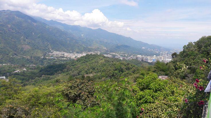 Hermosa vista de la ciudad desde la terraza