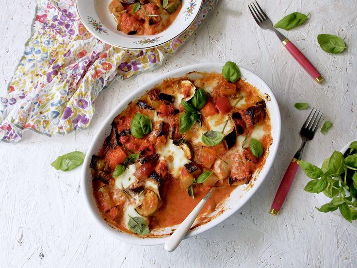 Ihanan tuoreet kasvikset ovat nyt parhaimmillaan ja hyvää makua täynnä. Sateisena päivänä sitä kaipaa uunin lämpöä, lohturuokaa ja tietenkin hyvää seuraa, jonka kanssa jakaa höpötyksensä ruoan lomassa. Tänään uuniin sujahti paahdettu kasvisvuoka, jonka kruunasi herkullinen tomaattikastike.Kastikkeen salaisuus on iki-ihana Igorin kanan kastikkeen pikaversio. Paahdettu kasvisvuoka on aivan ihana mielen lämmittäjä. Kasvisvuoka valmistuu helpolla, joten tätä...Read More