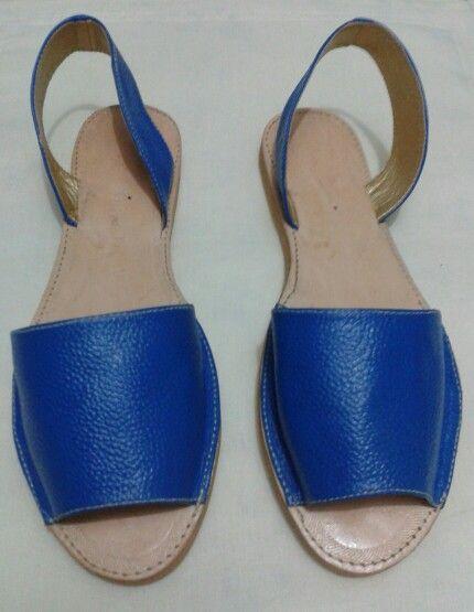 Sandalias Españolas en cuero pigmentado Azul Rey.