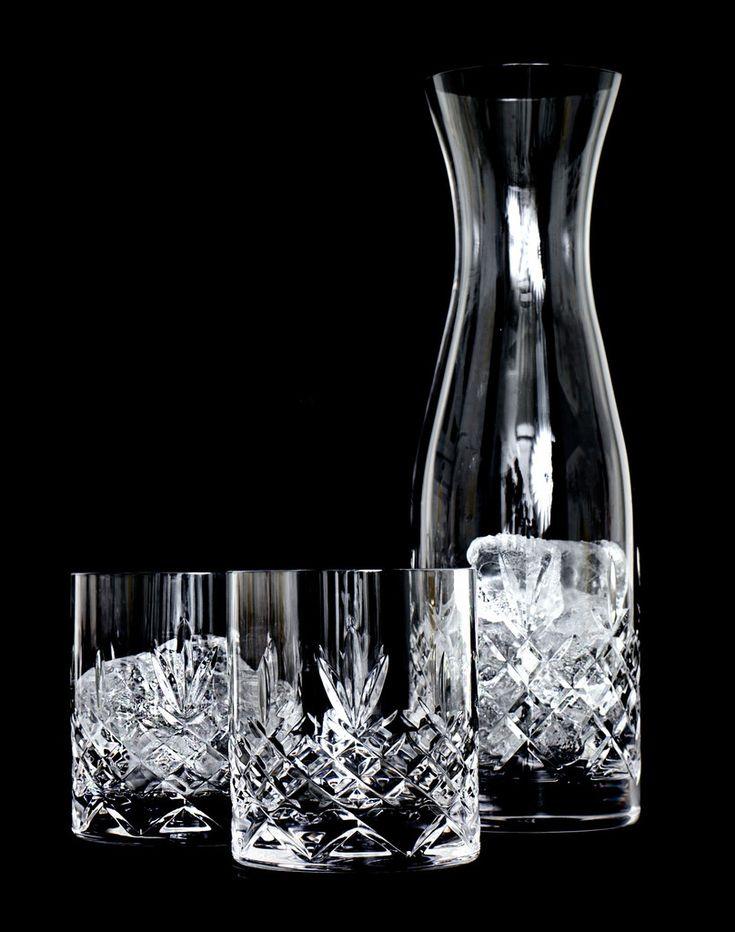 Smuk vandkaraffel fra Frederik Baggers populære glasserie Crispy. Den har en kapacitet på 1 liter og er perfekt til både vand, juice, drinks eller hvad humøret er til. Vandkaraflen pynter smukt i bordopdækningen, men kan også bruges som pyntegenstand i hjemmet. Vandkaraflen er ligesom de andre glas fra serien fremstillet i blyfrit krystalglas, og er helt uden giftige tilsætningsstoffer. Vandkaraflen har en exceptionel holdbarhed og tåler maskinopvask på glasprogram.