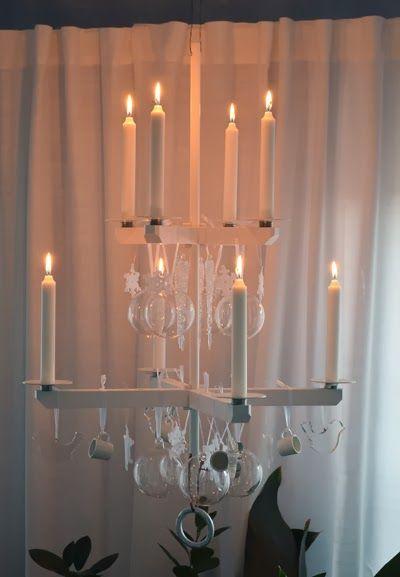Ljuskrona från Ernst dekorerad med julpynt i glas, porslin, plexiglas och garn.