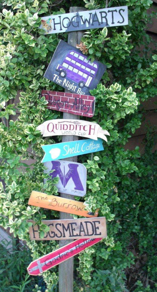 Harry Potter yard art sign -SO doing this when I have my own home.