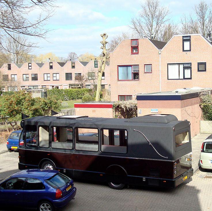 Uitvaartbus in Groningen voor de eigen deur. In de bus kunnen naast de overledene 17 naasten meerijden.
