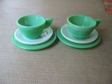 AKRO AGATE CHILD CONCENTRIC RIB SMALL 2 GREEN CUPS & 2 PLATES & 2 WHITE SAUCERS
