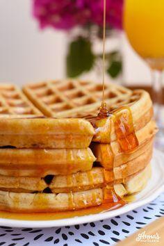 La mejor receta de waffles belgas que he probado!!, además, hay secretos y tips en el post para tener los waffles mas ligeros y crujientes que hayan!, es del blog www.annaspasteleria.com - Best belgian waffles recipe ever!!