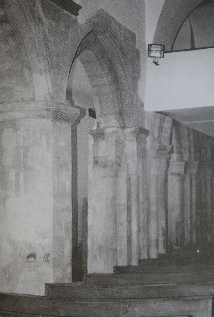 A templom belső látványa elragadó. Román, gót, barokk, valamint a XX. század építészete tárul elénk.  Román kori oszlopfők, pillérkötegek a a kórus alatt.  Hazai román szobrászat páratlan, értékes emlékei.
