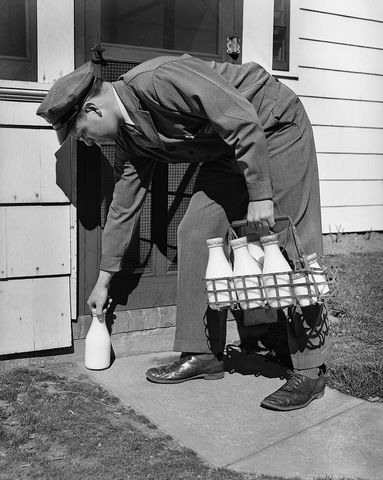 milkman. Hey meisie, ik moest dus echt aan vroeger denken, bij 't zien van deze foto. Ik heb ook de melkboer nog aan de deur gehad....Bedacht hoe snel de tijd vliegt.....meer niet !