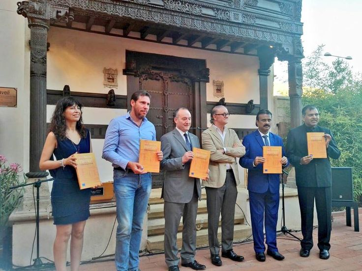 #IndiaInSpain Mayor Shri Gautam Shah with other dignitaries attended the cultural programme at Casa De La India patio including Indian & Spainish musical concert performed by Vipul Trivedi, Jose Salinas and Carlos Blanco after Signing Ceremony of Twinning Agreement between Ahmedabad and #Valladolid city, #Spain. India in Spain (Embassy of India, Madrid) Casa de la India #SmartCity  #SisterCity #Spain