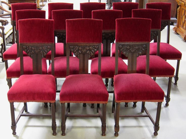 Seltener 12er Stuhlsatz aus Eiche  Epoche : 1910 Holzart : Eiche Maße : Breite 46 cm, Tiefe 46 cm, Höhe 109 cm, Sitzhöhe 50 cm Kennung : Nr. 151