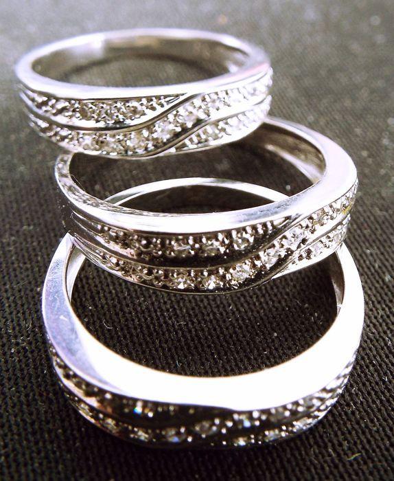 Wit goud 18ct Narya 83 gram maat 53-54-55 met 042 ct diamanten.  Drie exacte dezelfde ringen alleen grootte verschillen 53-54-55 zodat het kan worden gedragen samen in 750/1000 (18 karaat) wit goud (alle gemarkeerd) met veertien diamanten elke (totaal 42 kleine ruitjes van het ene punt naar twee punt) (1 karaat is 1000 punten) kwaliteit Top Wesselton (goede kleur) duidelijkheid vvs naar vs2.Alle drie ringen weegt 8.3 gram samen..Door Bpost of DPD geregistreerde ant tracking-nummer worden met…