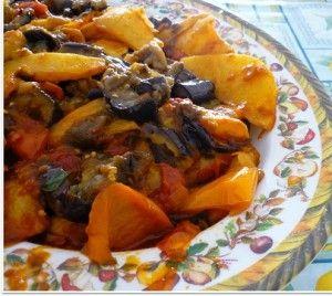 CIAMBOTTA CALABRESE Ingredienti: peperoni dolci, patate sbucciate, melanzane, pomodori, coste di sedano, olive verdi snocciolate, cipolla, peperoncino rosso piccante, olio extravergine d'oliva, qualche foglia di basilico, sale  Soffriggere in un tegame un poco d'olio con la cipolla tritata, aggiungervi a mano a mano le verdure, private dei semi e tagliate a pezzetti; salare e pepare. Cuocere a fuoco basso. Servire la ciambotta calda decorandola con foglioline fresche di basilico.