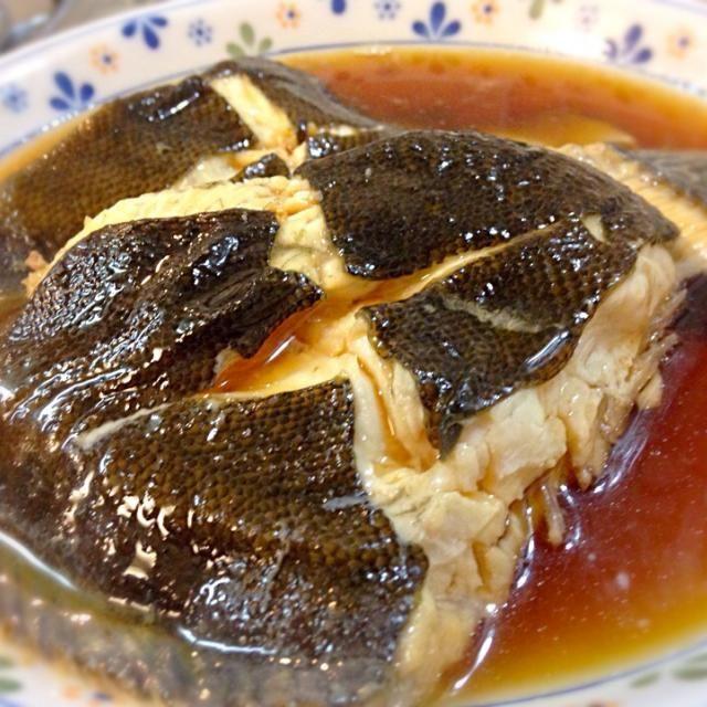 釣ったマコカレイを煮付けにしました。 売り物の魚と違って、とっても肉厚。 煮あがるか少し心配しましたが、大きな魚なのに繊細、とっても美味でした。 - 36件のもぐもぐ - 釣り魚料理 カレイの煮付け by シンリー
