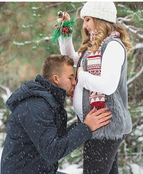 Couple | Christmas | Mistletoe | Snow | Maternity Photo & Pregnancy Announcement Ideas