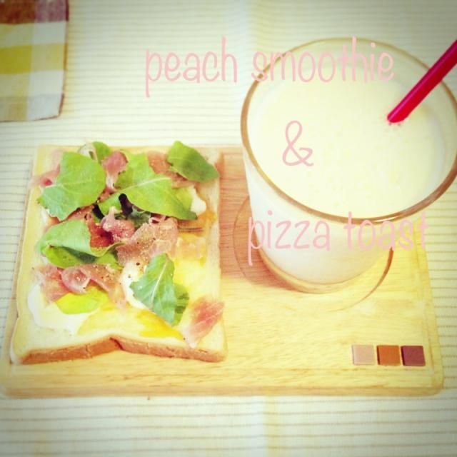 *桃のヨーグルトスムージー *ルッコラと生ハムでサラダピザ風  トースト   桃が美味しいからスムージーが美味しー!一気飲み。 - 85件のもぐもぐ - 簡単にお昼 by あいこ ⁎ˇ◡ˇ⁎