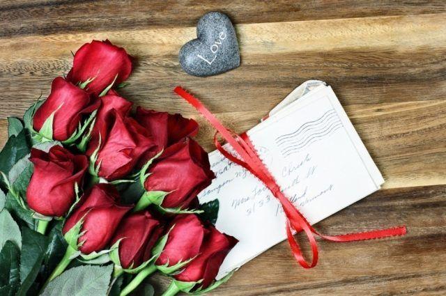 Desi exista si varianta romaneasca a Zilei (Internationale) a Indragostitilor, Dragobetele, Valentine's Day a capatat popularitate si in Romania in ultimii ani. In special cei tineri isi celebreaza iubirea (ce-i drept, intr-un mod un pic demonstrativ), pe 14 februarie, de Valentine's, o sarbatoare imprumutata (ca si Halloween) din America. Si pana la urma, de ce …