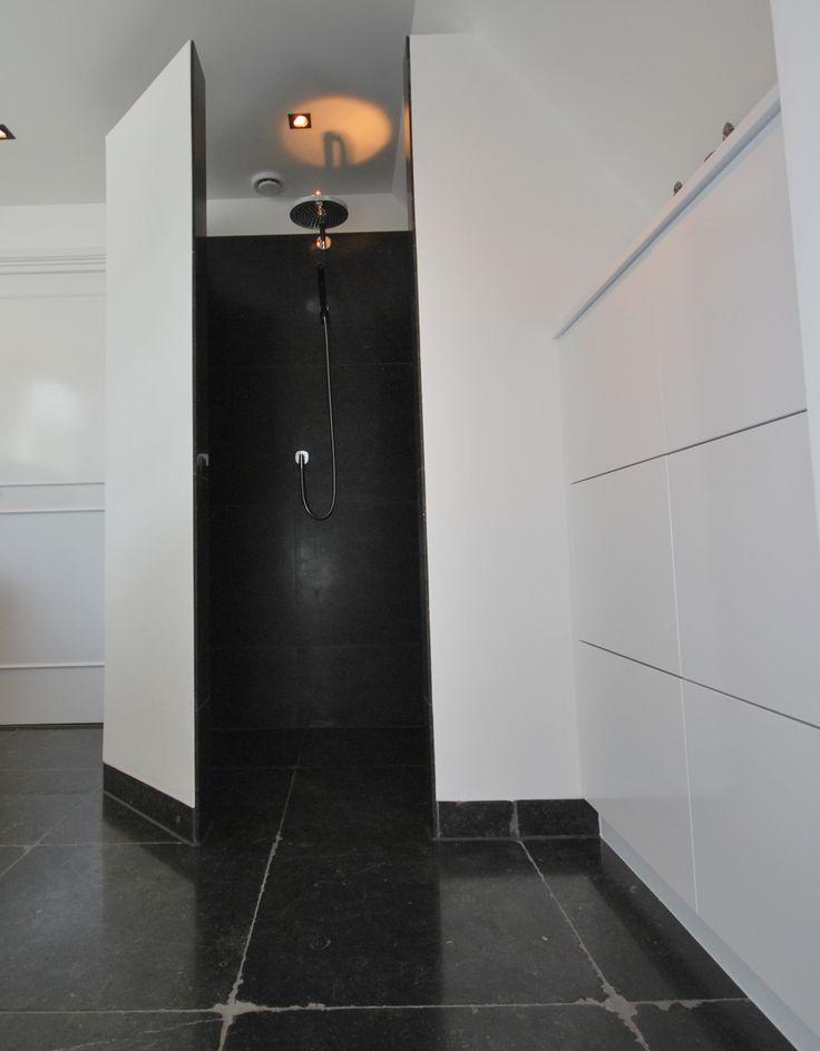 getrommeld Belgisch hardsteen in moderne badkamer te Albergen