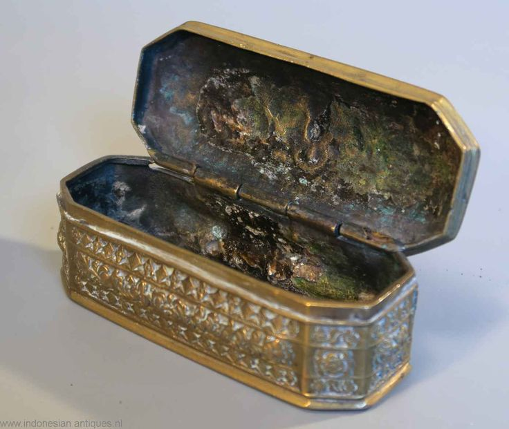 Small brass sirihbox, used to keep your betelnut accesories. Sumatra, end 19th century. Originaly these boxes should have a division plate at about 1/3 . to keep contents separated. Later this separation was often removed, to use it as a regular tabacco box.