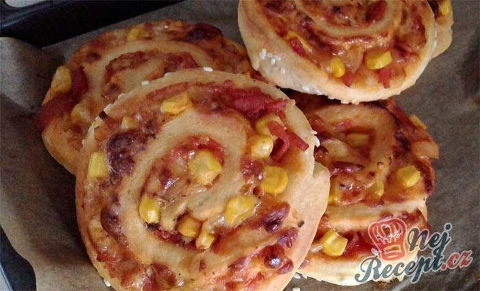 Každý jistě zná skořicové vosí hnízda. Co tak si je připravit na slano? Pizzové vosí hnízda jsou také skvělou volbou na oslavu namísto populárních jednohubek.