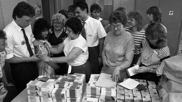 Noch vor der politischen Einheit Deutschlands kam am 1.7.1990 die Währungsunion: Sie war die ökonomische Antwort auf revolutionäre Ereignisse, so der damalige Bundeskanzler Helmut Kohl. Der große Verlierer war dann aber die ostdeutsche Wirtschaft.