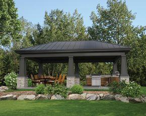 Espace idéal pour recevoir la famille ou les amis, cet élégant pavillon de jardin est assez vaste pour y aménager une cuisine d'été extérieure ce qui en fera le lieu de rencontre le plus apprécié de tous lors des belles journées d'été.