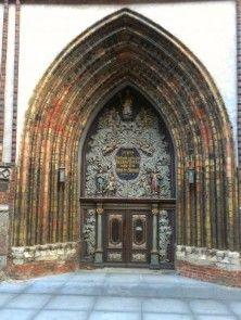 Die St. Nikolai ist die größte der drei Pfarrkirchen in Stralsund  und wurde im Jahr 1276 erstmals urkundlich erwähnt.  Viele verschiedene Altäre zeichnen diese imposante Kirche aus die Sie während Ihres Urlaubes unbedingt einmal anschauen sollten.