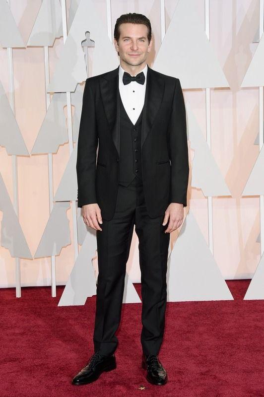 El nominado Bradley Cooper con esmoquin de Ferragamo, zapatos de Johnston Murphy, gemelos de Montblanc y reloj de IWC.