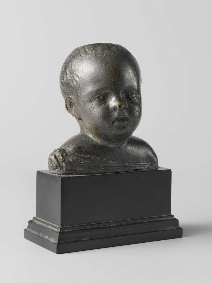 Anonymous | Borstbeeld van een kind, Anonymous, c. 1500 | Het hoofd met licht golvend haar is iets naar links gewend, de mond niet geheel gesloten. Halverwege de rechterschouder loopt een gedrapeerd kledingstuk schuin af naar rechts. In de schedel een ronde opening.
