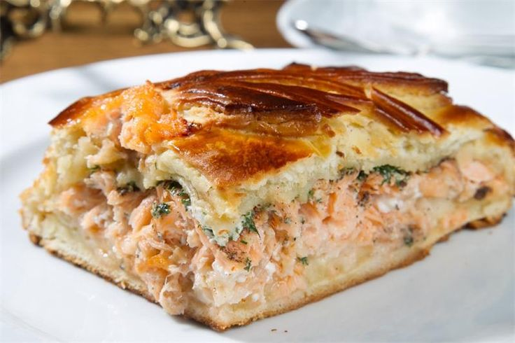 Пирог с лососем: рецепт Ингредиенты:1 упаковка слоеного бездрожжевого теста300-500 гр лосося или форели2-2,5 стакана полуготового риса4 яйца4-5 веточек укропасок половины лимонасоль п...