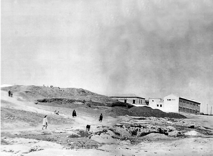 """Colegio de """"La Casita de la Virgen"""" en el Cerro del Buen Aire, todavía sin iglesia. Foto de 1945 cedida por Isidoro Ángeles."""