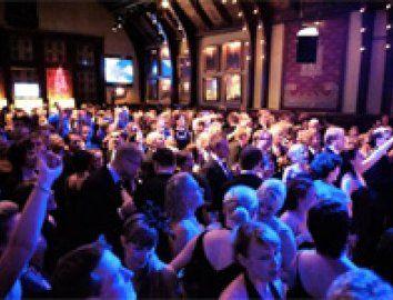 Helsingin pop- ja rockscene on vakuuttava. Vientikelpoista musiikkia pääsee kuuntelemaan viikoittain. Ravintolat ja klubit tarjoavat kotimaisen kärkimusiikin lisäksi vierailevia tähtiä laidasta laitaan.