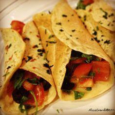 Crepes salate di ceci con pomodori, olive e rucola Ricette Vegetariane estive light e veloci Chickpea crepes Vegetarian healthy recipes for summer | RicetteVegolose