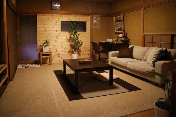 和室にじゅうたんを敷いて、ソファを使える部屋にしました。正面のパイン材のアクセント壁は、以前ガラス戸が4枚で冬場寒かったのでつくりました。テーブルとソファは無印良品でラグマットはIKEAです。matugets の部屋「リビング①」 | reroom [リルム] 部屋じまんコミュニティ