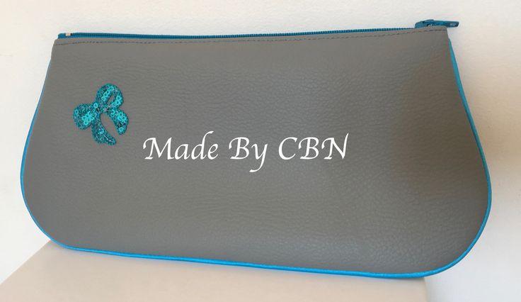 Grande pochette simili-cuir grainé gris clair, avec passepoil satiné turquoise & fermeture éclair turquoise