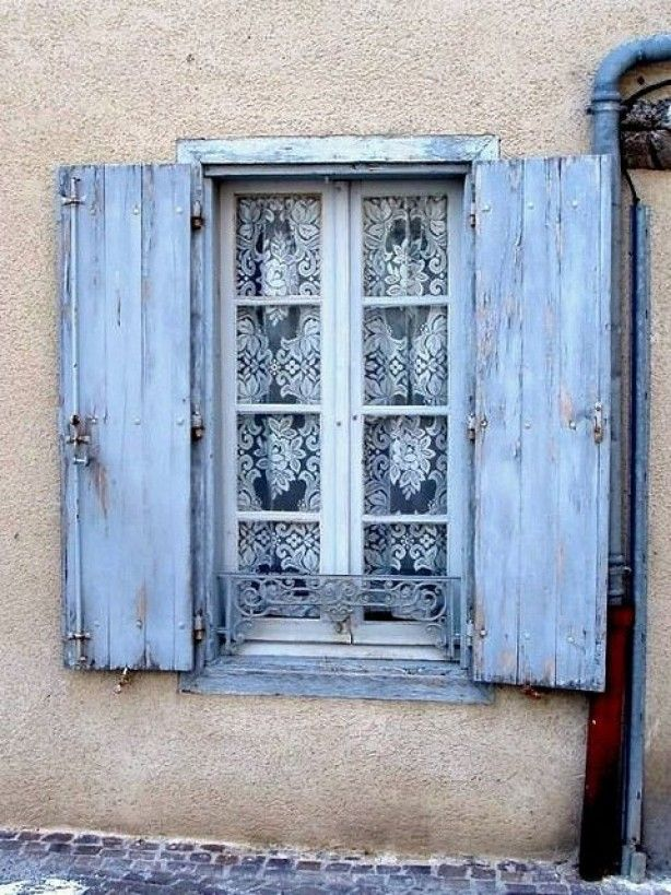 Interieurideeën   schattige luikjes en gordijnen. Door Tieke