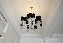 Декор потолка, черная люстра фото