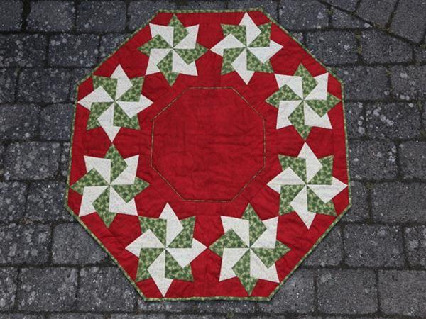Mønster til Kate juletræstæppe med 8 Stjerner som måler 101 x 110 cm