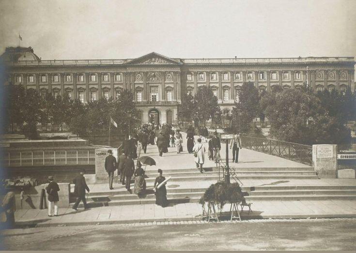 Le pont des Arts vu depuis le quai de Conti en direction du Louvre, un beau jour de 1889. Une photo de Léon et Lévy (collection baron De Vinck)  (Paris 1er)