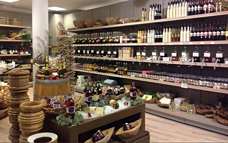 Deze winkel heeft een mooie ouderwetse sfeer vanwege de houten planken en de flessen wijn.