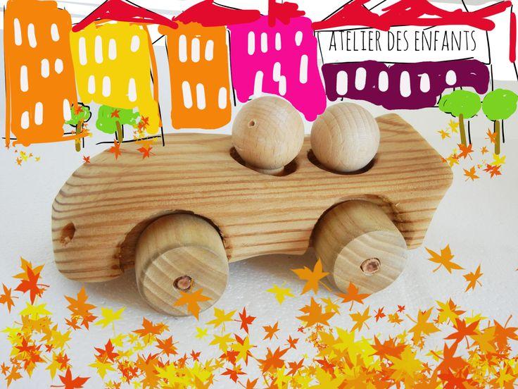 petite voiture en bois et deux pilotes