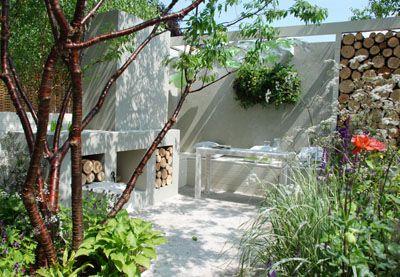 woonkamer buiten muur witte meubels open haard houtopslag