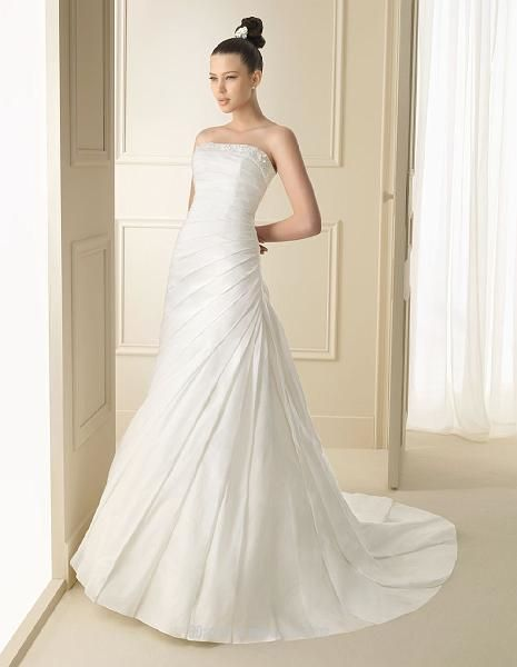 Product Description    Item:TWD2012-005    Shipping Weight:3kg    This  kind of wedding dresses feature its strapless design. There is appliques decorated around the body of the dress.The real goods will  be 95% matched with the photo.  Silhouette:A-line Neckline: strapless Waist: empire Hemline /