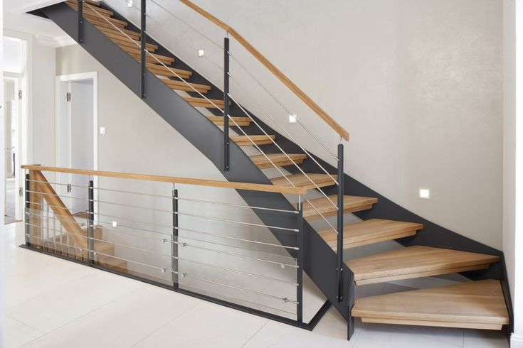 1/4 gewendelte HPL-Treppe mit Stufen und Handlauf in der Holzart Eiche geölt. Milano-Geländer mit zusätzlichem VSG-Glas.