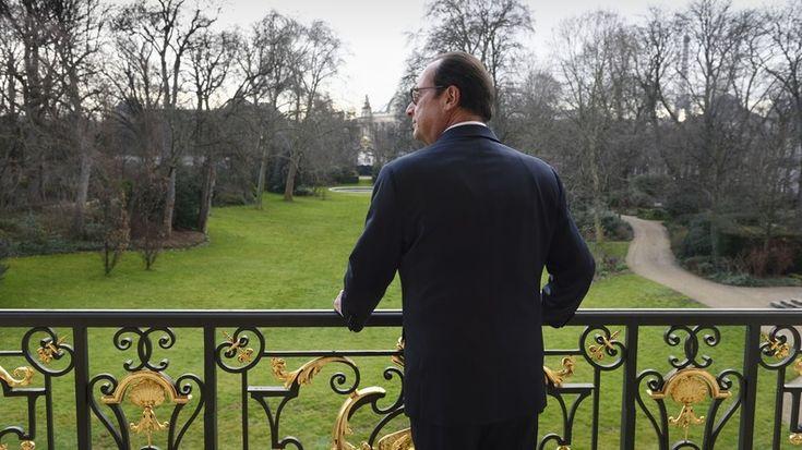 François Hollande au balcon de son bureau du palais de l'Elysée en 2015, photo ©Eric Feferberg/Pool /AFP