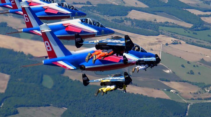 Impressionnant: Yves Rossy vole en Jetpack avec la Patrouille de France