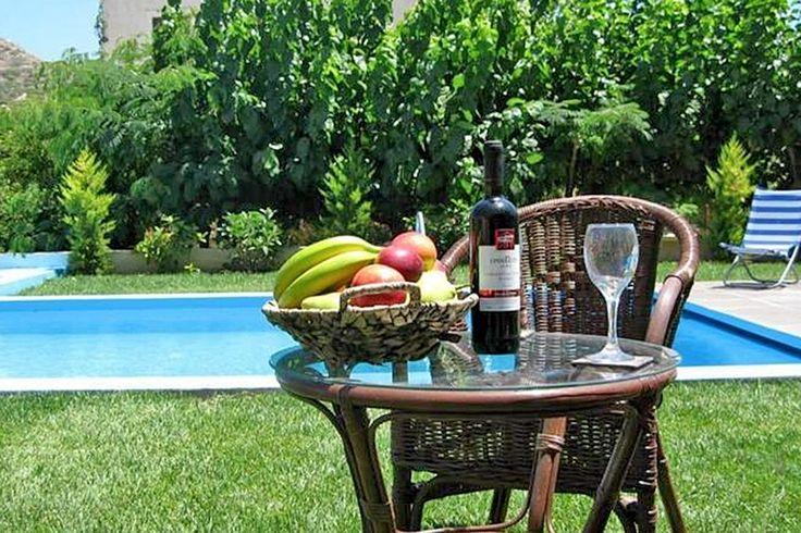 Description: Een ideale vakantieplek vol afwisseling en een prima 3-kamer appartement De mooiste zonsondergang van Kreta Villa Kanavosligt op loopafstand van niet alleen een gezellig maar ook een interessant dorp en van een mooi zandstrand. Een accommodatie die bestaat uit slechts twee (!) mooie 3-kamerappartementen en een zwembad voor de deur. Dat klinkt toch als een ideale vakantieplek. Dat betekent dat je als je in Villa Kanavos verblijft je heel gemakkelijk ?s avonds naar één van de…